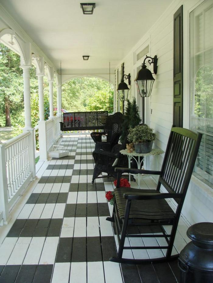 deux chaises noires sur le sol noir et blanc d'une veranda moderne ouverte, deco veranda style italien