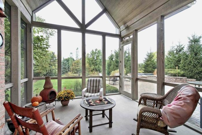 veranda moderne, grandes fenêtres, chaises confortables, véranda style victorien