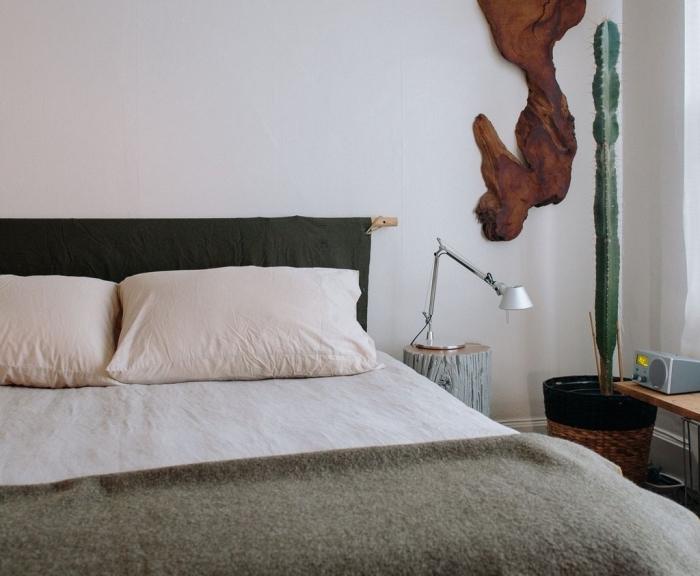 aménagement chambre à coucher minimaliste, déco pièce blanche avec plante verte et meubles bois, diy tête de lit en tissu