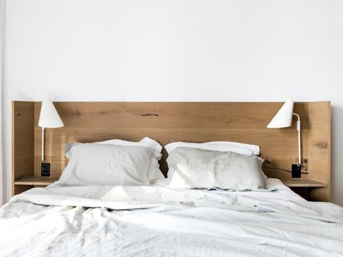 décoration chambre en blanc et bois, modèle de tete de lit avec rangement à réaliser soi-même, modèle lampe de chevet blanche