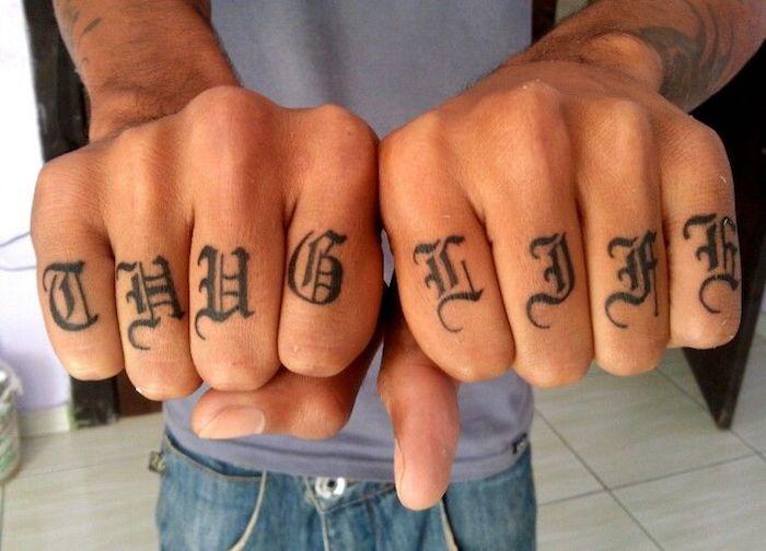 Thug life sur les doigts, lettre doigt tatouage rose, tatouage dessin, swag idée à être tatoué