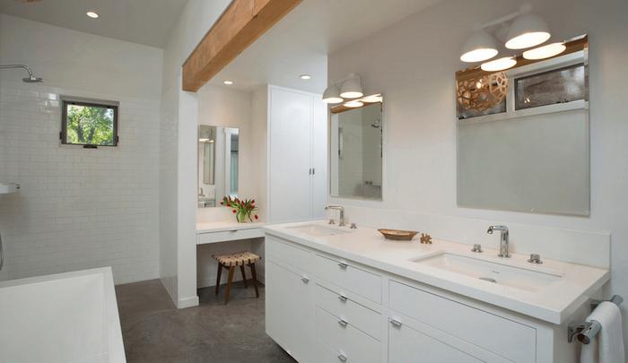 Idée déco salle de bain blanche et bois, plan de travail salle de bain, vase de tulipes roses dans la maquilleuse avec miroir et rangement maquillage placard