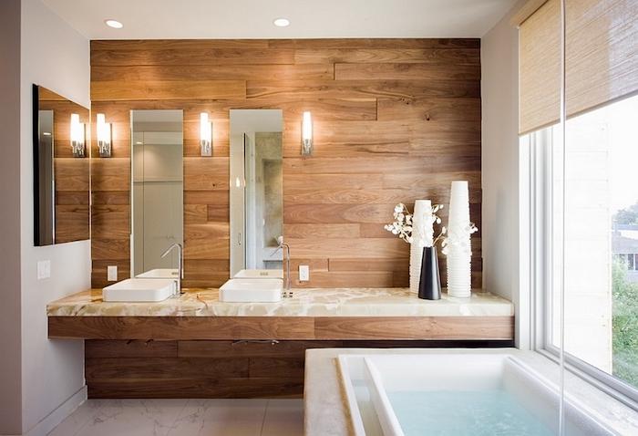 Bois mur et meuble lavabo marbre, baignoire sous le fenêtre avec vue de jardin, plan de travail salle de bain, idée carrelage salle de bain