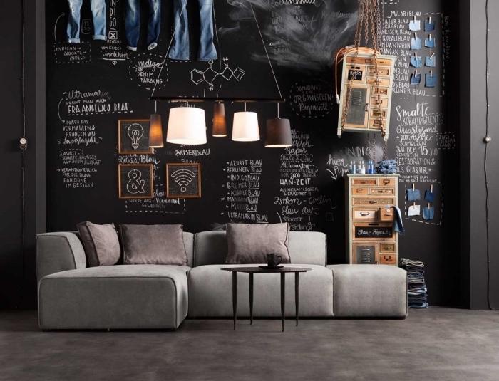 design intérieur de style industriel moderne avec mur ardoise, modèle de canapé d'angle en gris clair avec coussins