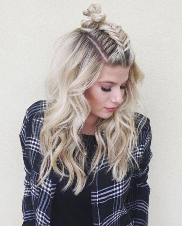 demi tresse et chignon haut type macaron avec reste des cheveux lâchés et bouclées, coloration blond femme