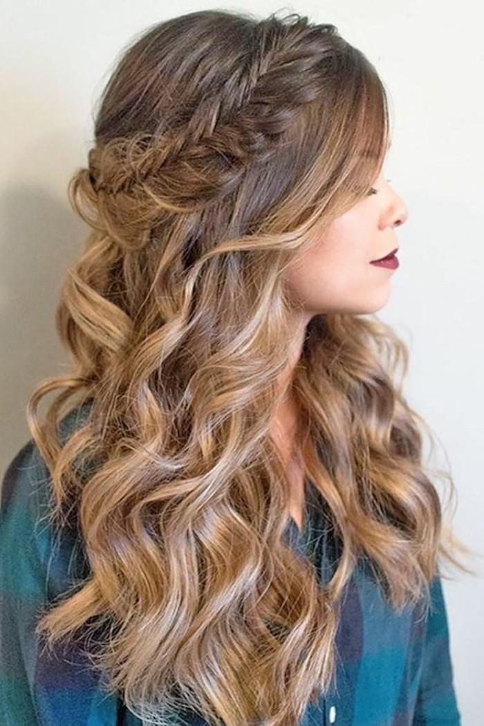 cheveux lâchés avec grosses boucles et une tresse couronne autour de la tête, coiffure volumineuse femme