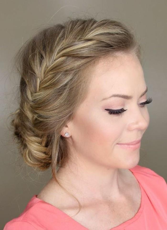 tresse de coté et chignon bas tressé avec des mèches libres, coiffure boheme chic originale femme aux cheveux blond