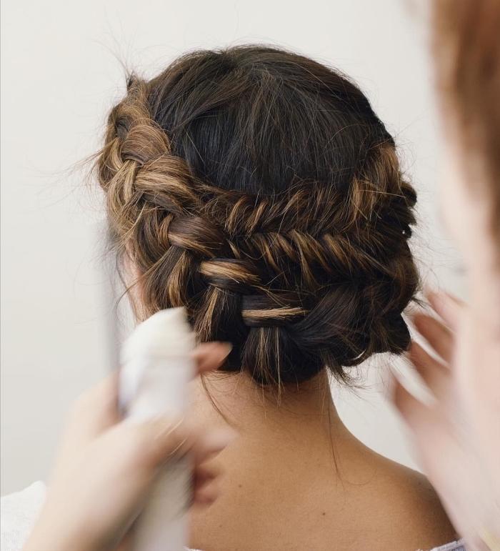 coiffure de mariée chignon avec tresse en épi de blé qui met en valeurs les mèches blondes, coiffure de mariée bohème chic