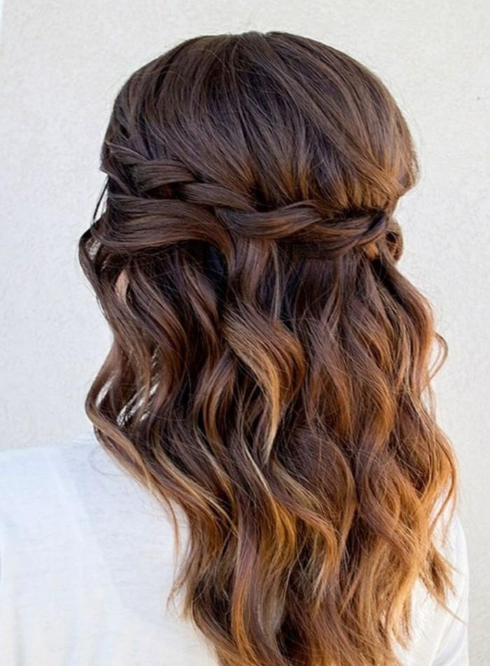 tresse en cascade femme avec des boucles et volumes sur le haut, mèches blond miel dans cheveux chatain