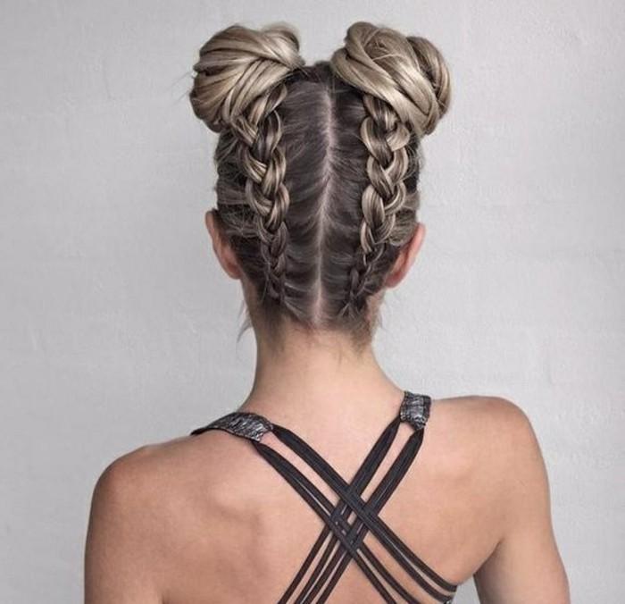 tresses en arrière de la tête et macarons en haut, cheveux coloration grise femme, coiffure facile et rapide