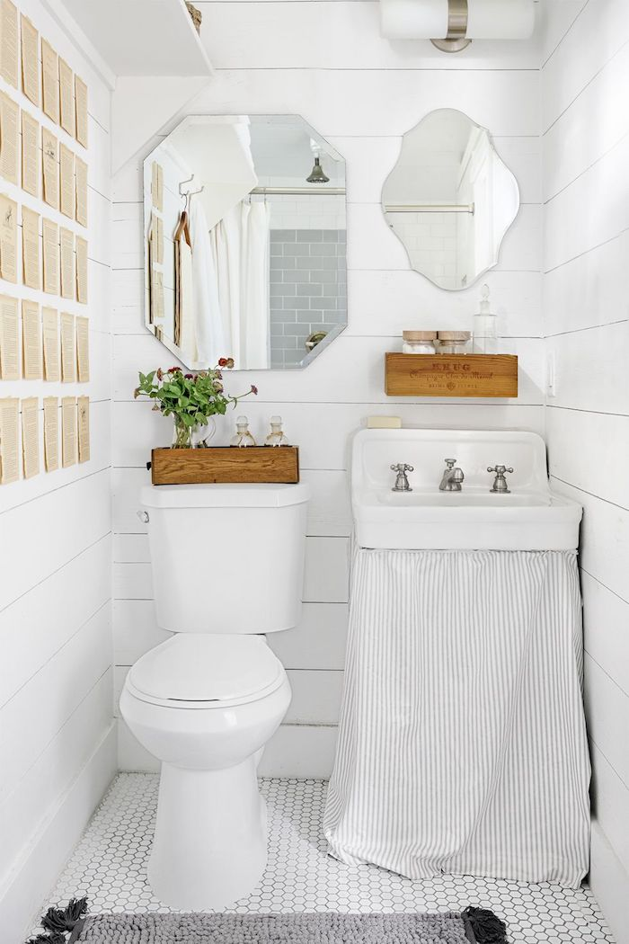 Originale idée pour une salle de bain moderne en blanc avec boites de rangement en bois, idée carrelage salle de bain, miroirs différentes formes