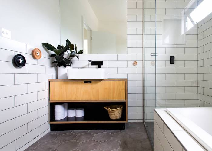 Vintage style meuble lavabo et carrelage blanche pour les murs, salle de bain bois, idée carrelage salle de bain blanche moderne