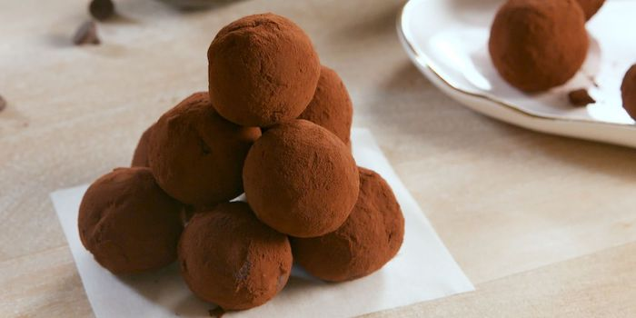 boules énergétiques riches en lipides avec avocat, chocolat noir et poudre de cacao, desser keto facile a faire