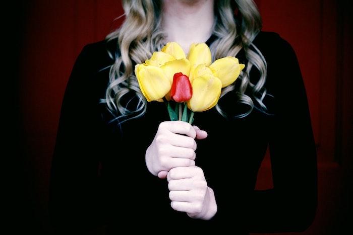 Femme avec fleurs, jaunes tulipes, femme blonde bouclé, belles images fete des meres, envoyer message à maman,