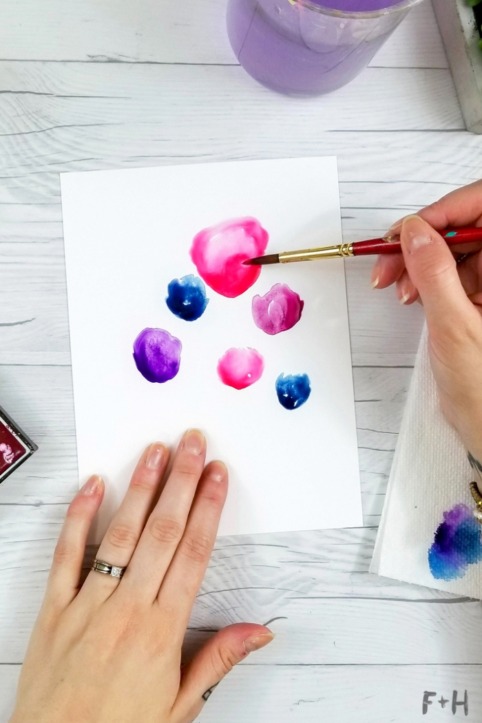 tuto dessin d'anniversaire à l'aquarelle, une carte d'anniversaire faite maison à motifs fleurs aquarelle