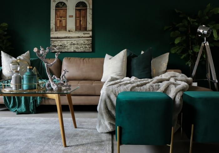 Vert pétrole pour les murs et pour les détails, peinture murale originale, canapé en cuir beige