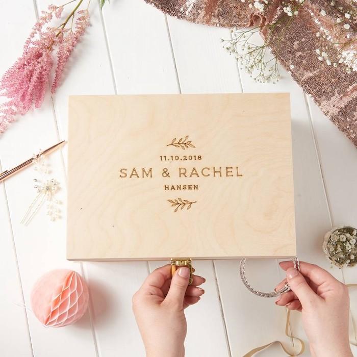 Boite bois avec les noms et la date de mariage, idée cadeau pour mariage, cadeau de mariage insolite, faire des mémoires
