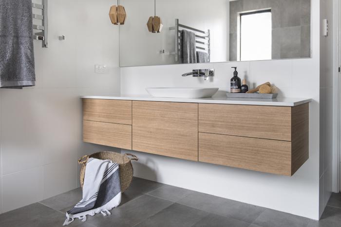 Meuble rangement, basket pour les serviettes, salle de bain blanche, actualités chez l'intérieur maison ou appartement