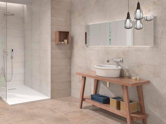Belle salle de bain scandinave, espace privé bien décoré, lustres originales, rangement simple de banc transformé en meuble lavabo