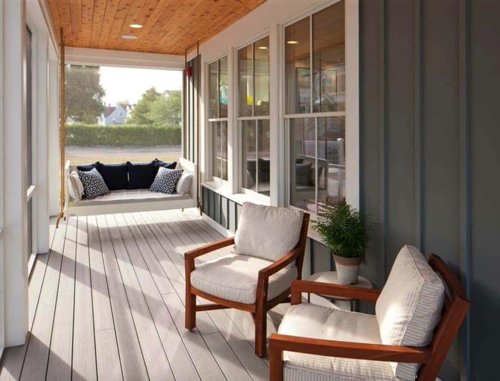 deux chaises élégantes sur une véranda, sol de planches, banquette suspendue, aménagement extérieur sde véranda