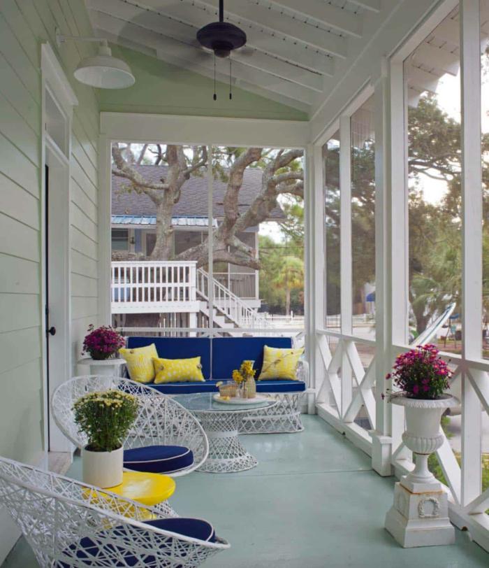 décoration de véranda blanche, chaises blanches, vase blanche modele de veranda sur terrasse