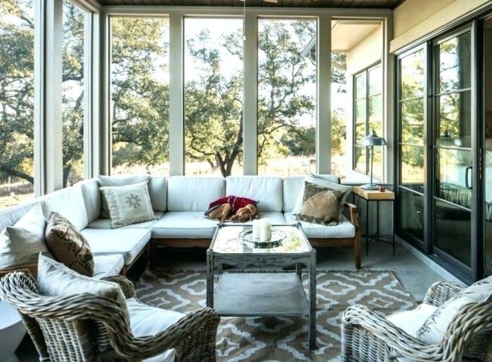 amenager une veranda, tapis motifs traditionnels, chaises en rotin, verrières, porte atelier