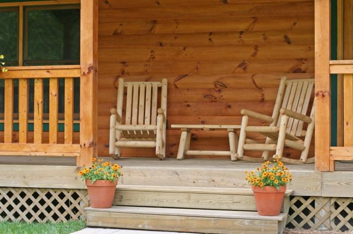 amenagement de veranda simple, petite veranda en bois, chaises style rustiques, chaises balançantes