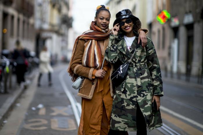 manteau imprimés de soldat, veste marron longue, foulard rayures verticales, chapeau vinyle