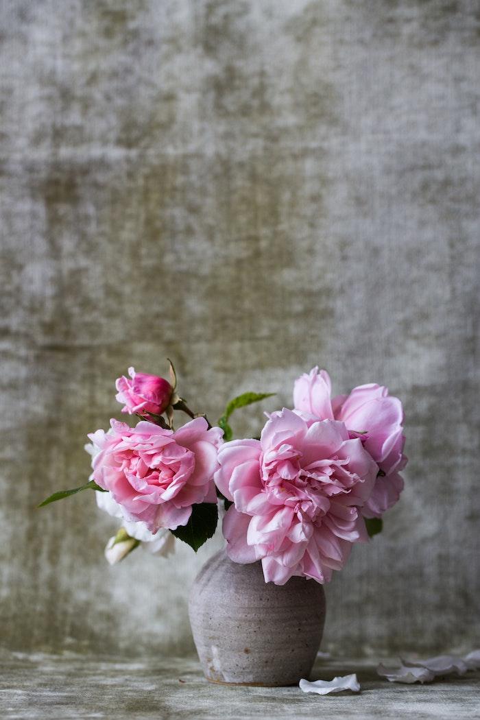 Pivoines roses dans une vase, fete des meres cadeau, image fête des mères, cool idée comment célébrer, belle photo de fleur