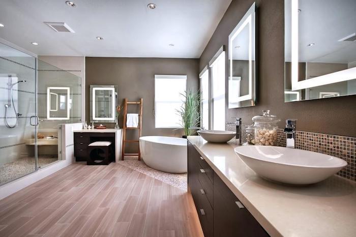 Baignoire, meuble deux lavabos, douche dans une cabine grande fait de verre, design salle de bain gris et blanc, beaux accessoires salle de bains