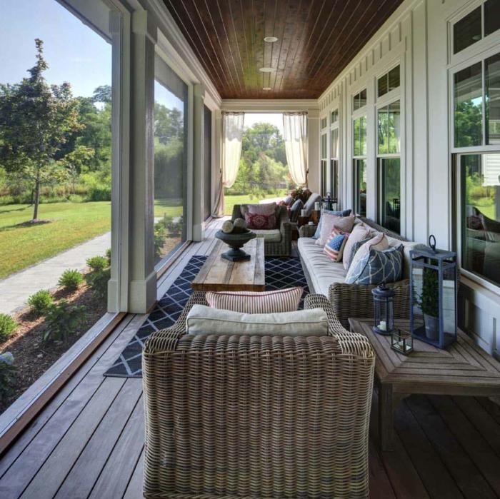 aménagement veranda, chaises en rotin, coussins géométriques, table basse en bois, fenêtres blanches
