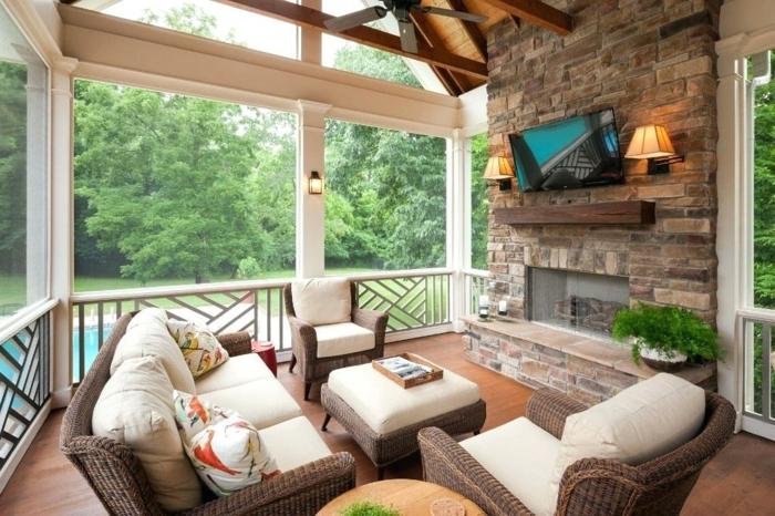 décorer sa terrasse de manière fonctionnelle, mur en pierre, chaises en rotin, rambarde basse