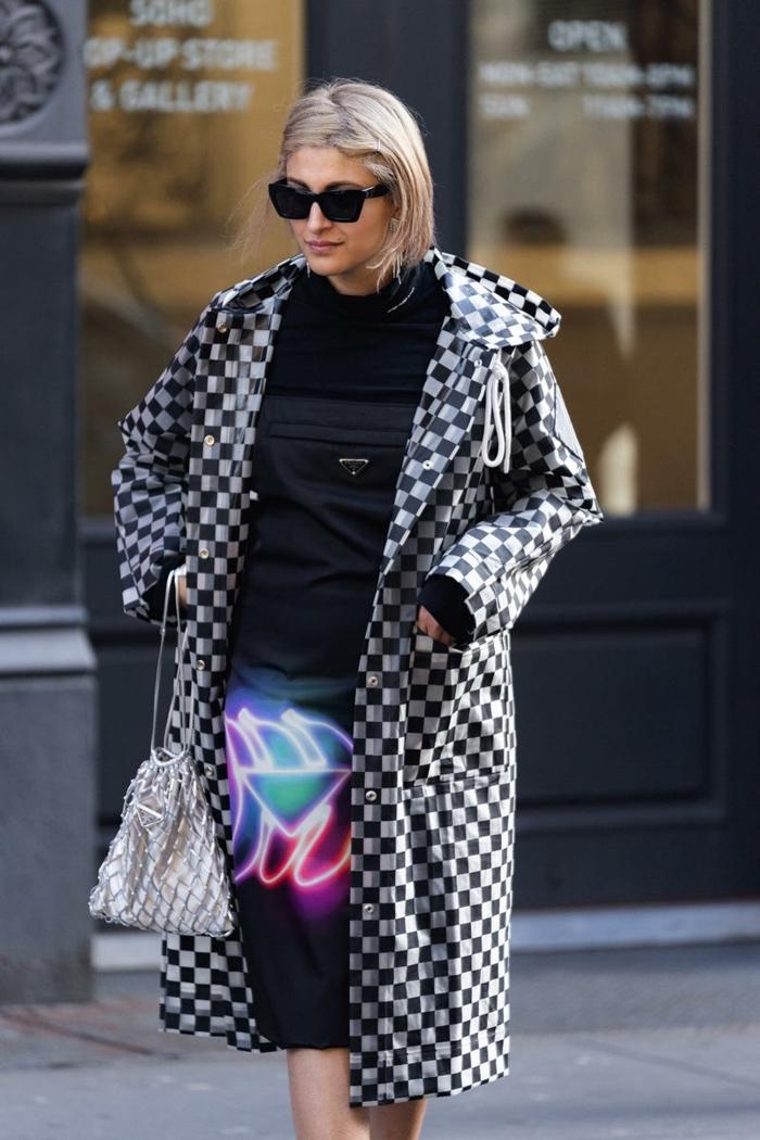 veste longue damier, robe tendance 2019, sac argenté style sport, robe noire, estampe couleurs néons
