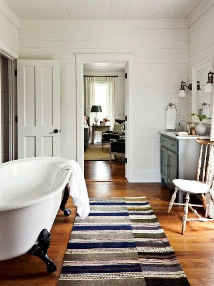 Tapis coloré modele salle de bain, baignoire et douche idées comment l'aménage, deux portes pour entrer dans la salle de bain, baignoire vintage en pieds