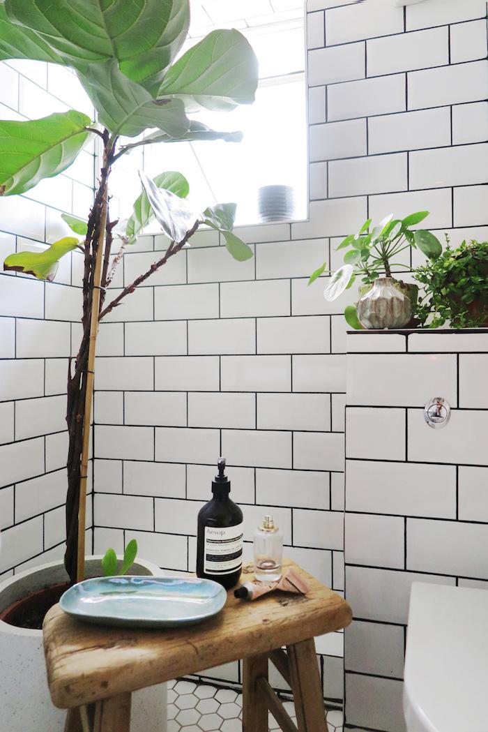 Plante verte haute, meuble sdb, salle de bain zen de la conception à l'installation, déco avec tabouret en bois
