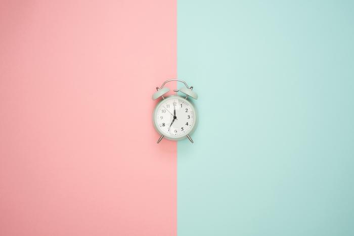 exemple fond écran minimaliste en couleurs pastel, idée fond d écran rose et vert, photo horloge pour wallpaper pc