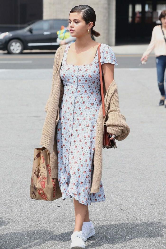 robe longue bohème, gilet long beige tricoté, queue basse, sac à épaule, tenue boheme chic