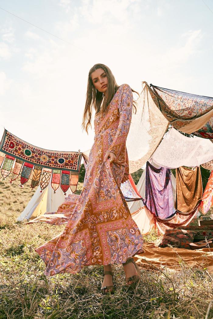 Sandales décompensés, longs cheveux blonds, robe longue hippie chic, robe longue été, idée que porter