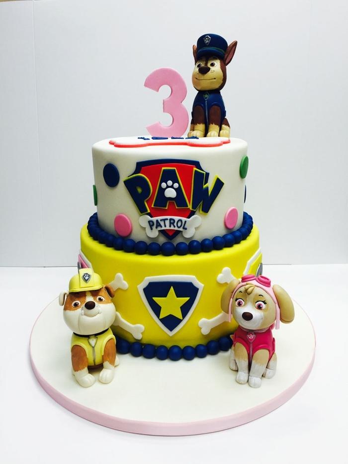 gateau paw patrol jaune et blanc, gateau anniversaire 3 ans, pat patrouille figurine détaillée, logo et pois