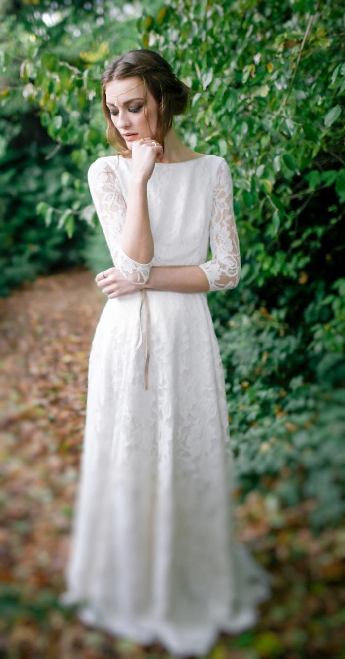 exemple de coiffure mariage chignon, comment porter ses cheveux longs attachés en chignon bas flou avec accessoire tête
