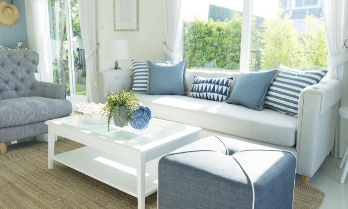 coussins en bleu pastel pour faire une deco marine facile, modèle de salon blanc avec objets de déco en couleurs bleus