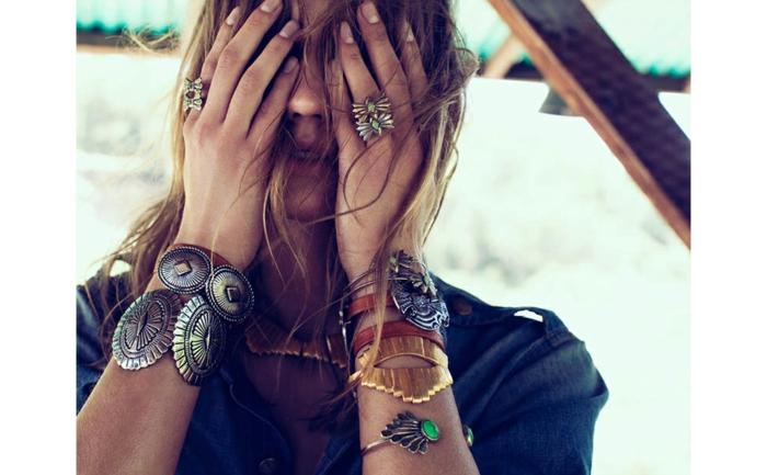 bijoux et accessoires hippie, gros bracelets, bagues, collier métal doré, chemise en denim