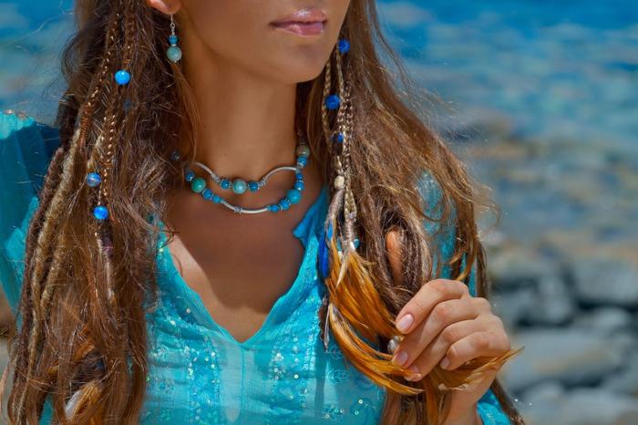 chemise bleue, collier perles bleues, boucles d'oreilles avec des perles, coiffure bohème