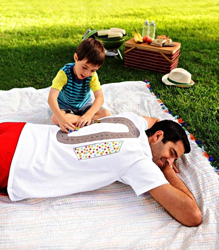 t-shirt personnalisé avec circuit à voiture sur le dos, activité ludique pour la fête des pères pour les plus petits