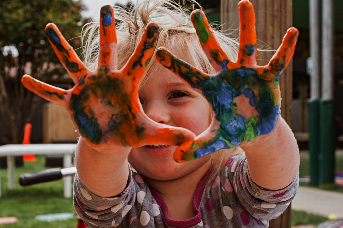 bricolage fête des mères pour tout petit, peinture avec mains pour réaliser un cadeau personnalisé avec empreintes de mains
