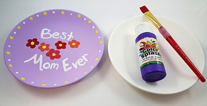 customiser une assiette avec de la peinture pour souhaiter bonne fête des mères d'une façon originale, idée de cadeau fête des mères à fabriquer soi-même