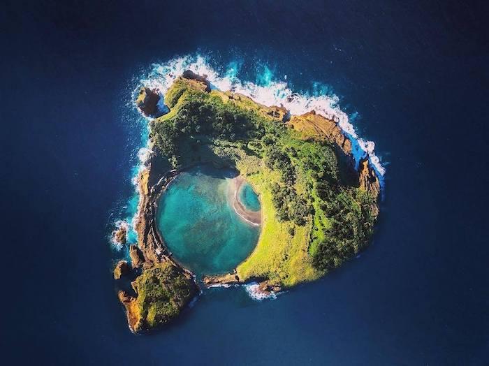 Açores ilôt vila franca do campo, sao miguel, ronde endroit océan et rochers, ondes dans l'ecéan, belle image de paysage