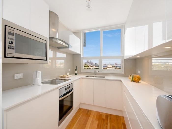 implantation cuisine petite surface aux murs blancs avec crédence verre beige, idée agencement cuisine sur trois murs
