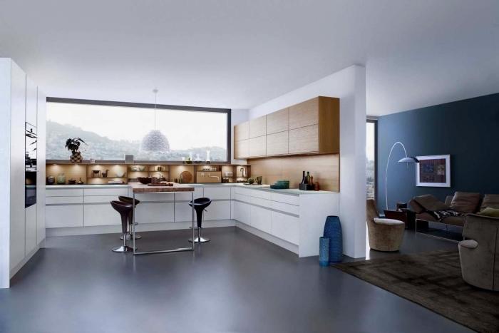 décoration cuisine ouverte et spacieuse aux murs blancs avec crédence et meubles hauts en bois, déco cuisine en forme de u