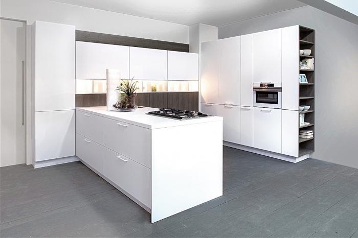 avec quelle couleur assortir le gris dans une cuisine contemporaine, modèle de meuble bar cuisine en blanc avec armoires